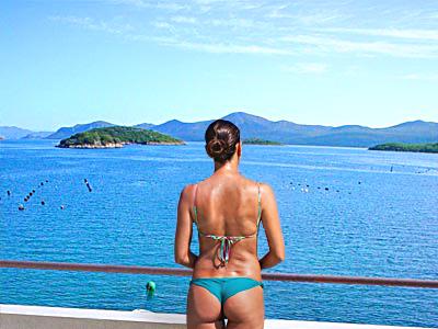 Breite Balkone mit Blick auf die Landschaft und Wasser zu 27°C...